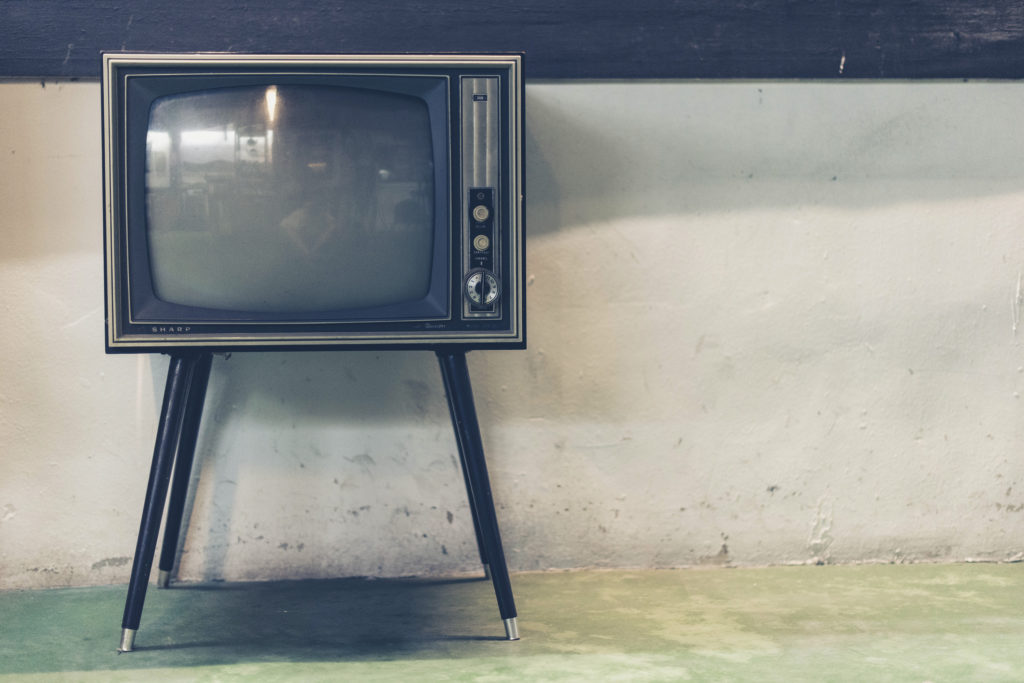 夜泣き対策③いきなりテレビをつけて気持ちを切り替えさせる