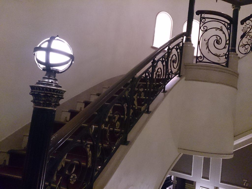 ホテルモントレ大阪階段